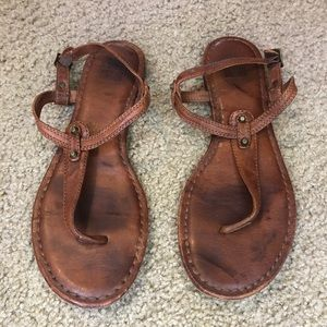FRYE  | Carson T strap Warm Tan Leather sandals